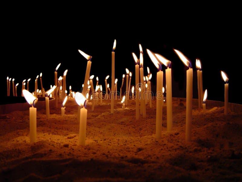 Une mer des bougies photos libres de droits