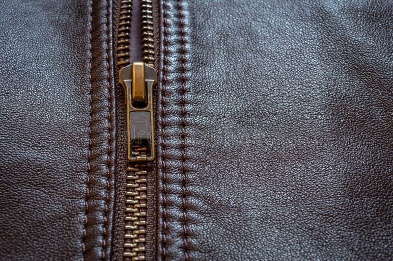 Une moitié a fermé la fermeture éclair l'idéal de veste en cuir pour des cyclistes de moteur photos stock