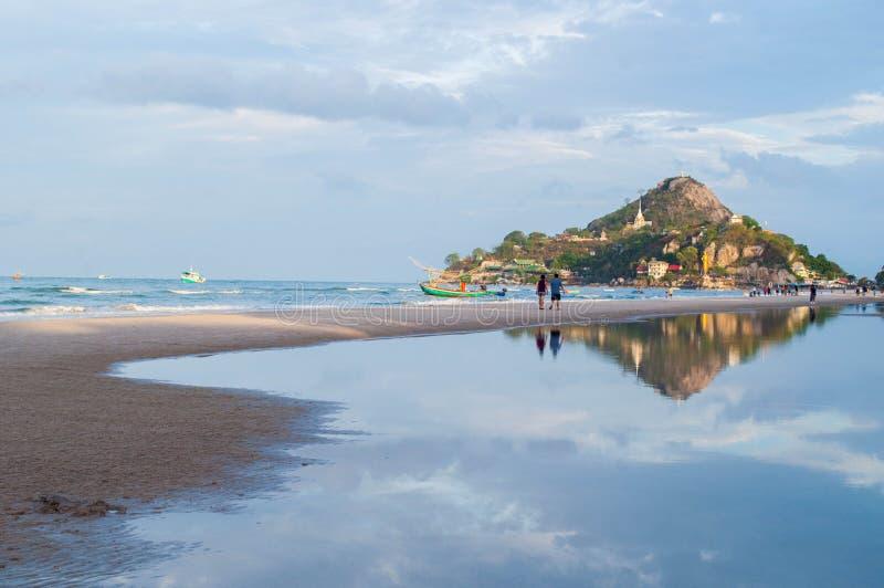 Une montagne avec une plage de mer image stock