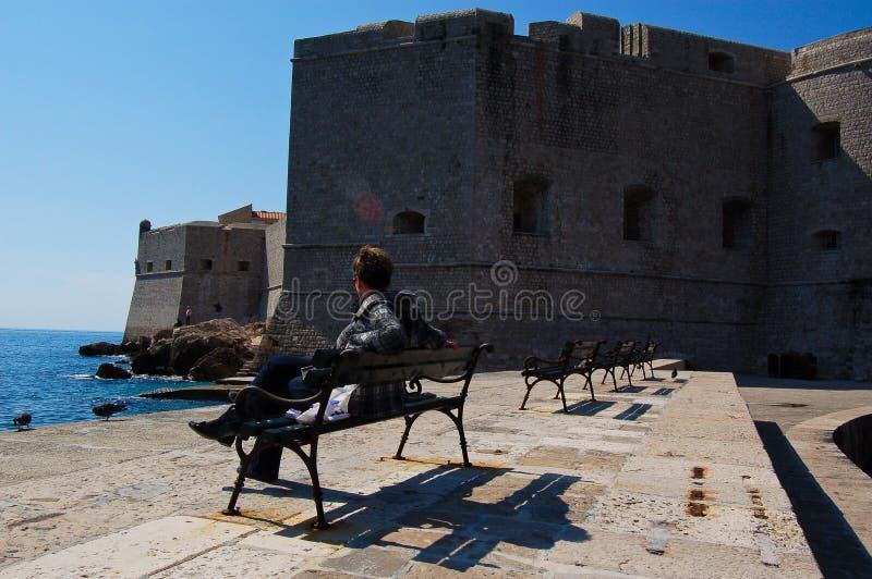 Une montre de femme la vieille forteresse du dubrovnick du port photographie stock