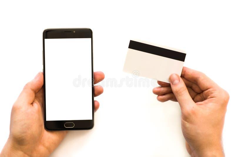 Une moquerie noire de smartphone haute et une carte de crédit dans l'homme d'affaires de photo de plan rapproché de mains tenant  photo stock