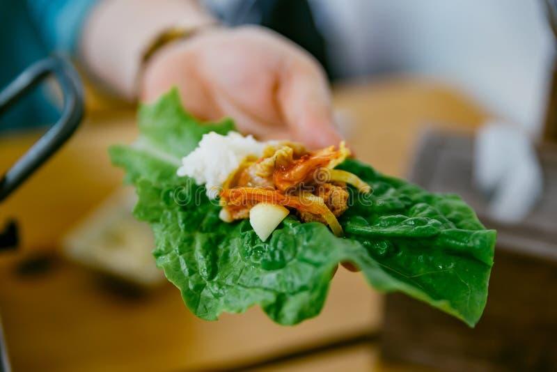 Une morsure de Bulgogi Mangez de la viande grillée avec le légume et le Kimchi photos libres de droits
