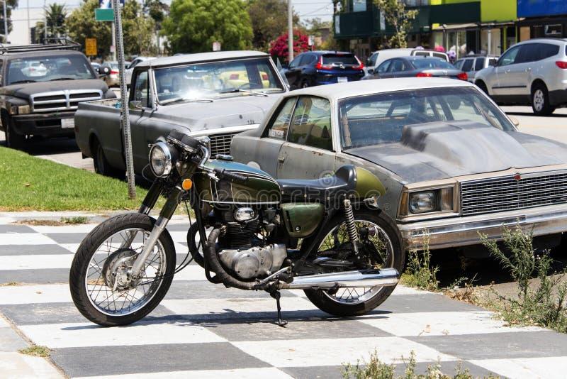 Une moto classique de vintage et une voiture dans la rue à Los Angeles, la Californie images stock