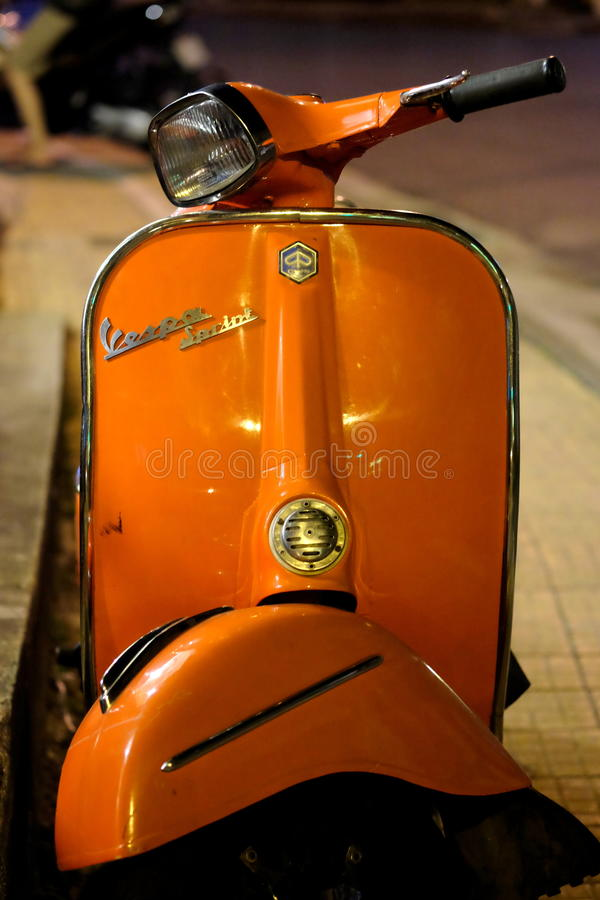 Une moto orange de Vespa, rétro style photographie stock