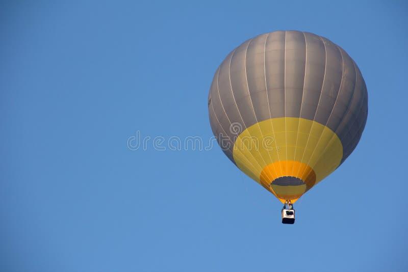 Une mouche de ballon d'air chaud photographie stock libre de droits