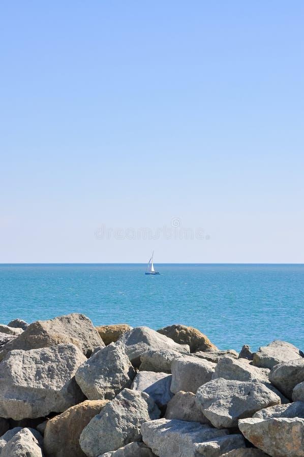 Une navigation de yacht en mer ouverte par temps clair image libre de droits