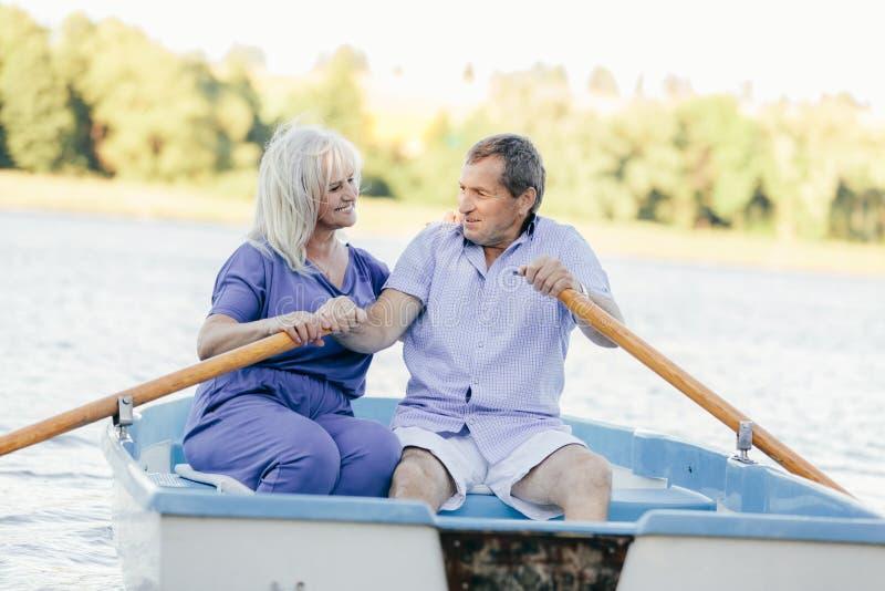 Une navigation plus ancienne de couples sur un bateau photos stock