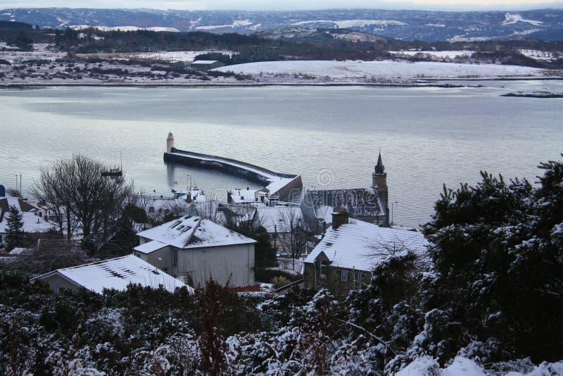 Une neige a couvert le petit village de pêche dans au nord-ouest de l'Ecosse image libre de droits