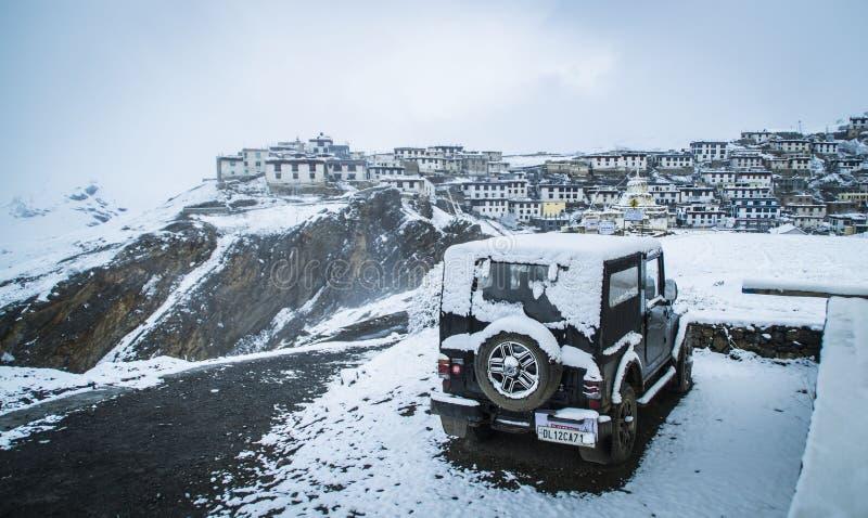 Une neige a couvert le village de montagne photos stock