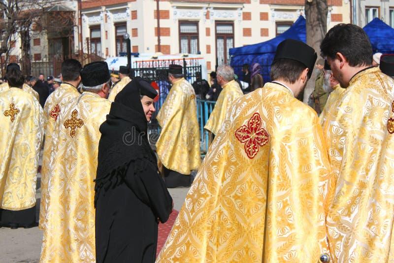 Une nonne entre les prêtres orthodoxes images stock