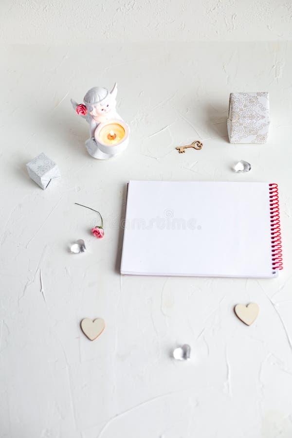 Une note à aimée sur le fond blanc photos stock