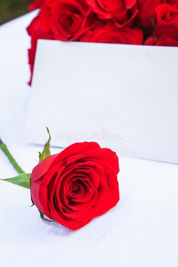 Une note et une rose photos stock
