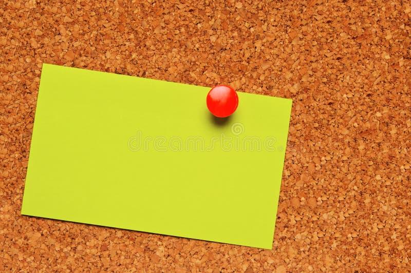 Une note sur un panneau de liège images stock