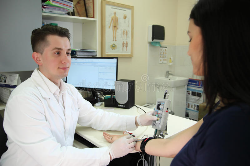 Une nouvelle direction dans la médecine est electroneuromyography ÉLECTROMYOGRAPHIE d'examen médical image libre de droits