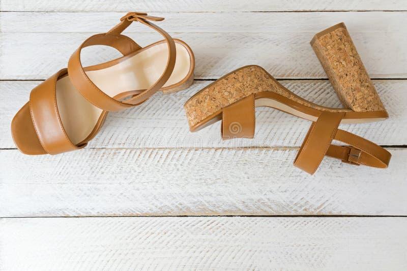Une nouvelle paire de talons hauts bruns élégants avec des semelles de liège, beautifu photographie stock