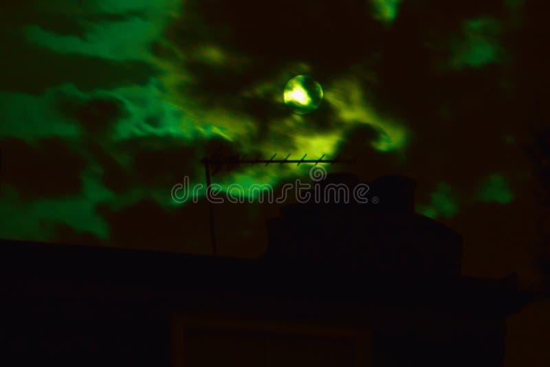 Une nuit allumée par lune allume les nuages foncés photo libre de droits