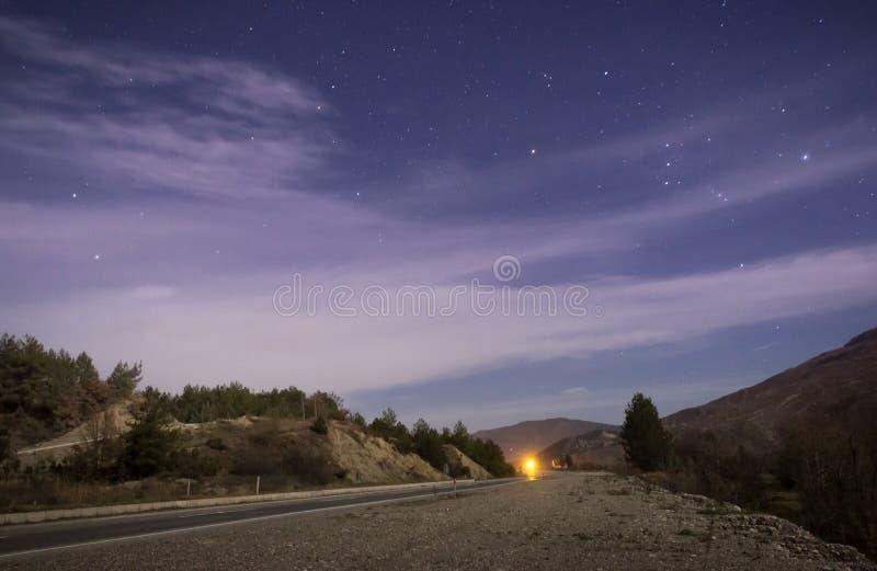 Une nuit avec les étoiles et la route photo libre de droits