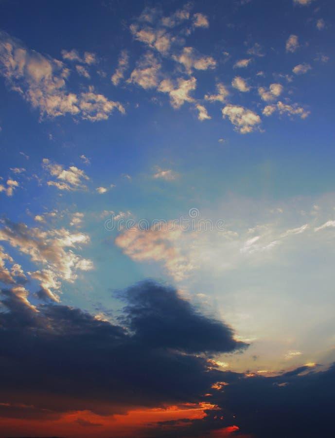 Une obscurité opacifie avec un beau ciel bleu photo libre de droits