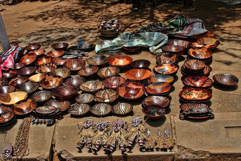 Une offre riche de souvenir au marché, Victoria Falls, Zimbabwe photographie stock libre de droits