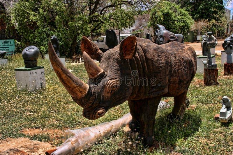 Une offre riche de souvenir au marché, Victoria Falls, Zimbabwe image stock