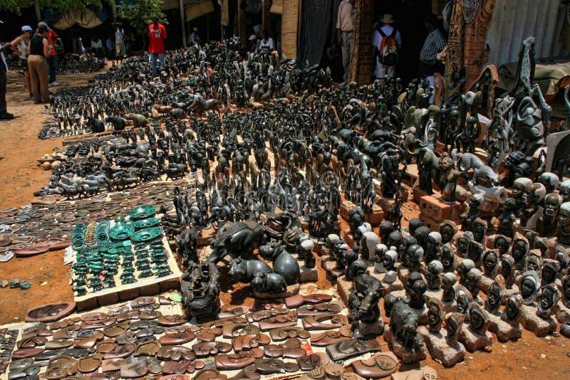 Une offre riche de souvenir au marché, Victoria Falls, Zimbabwe photos libres de droits