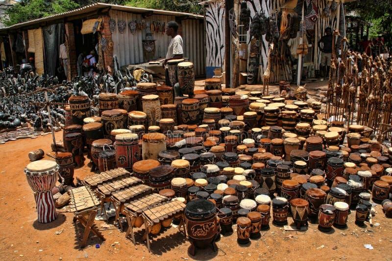 Une offre riche de souvenir au marché, Victoria Falls, Zimbabwe images stock