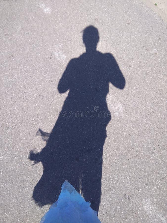 Une ombre de la femme dans la robe bleue photo libre de droits