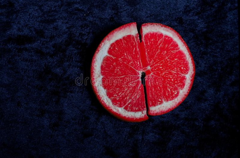 Une orange rouge lumineuse semble délicieuse photo libre de droits