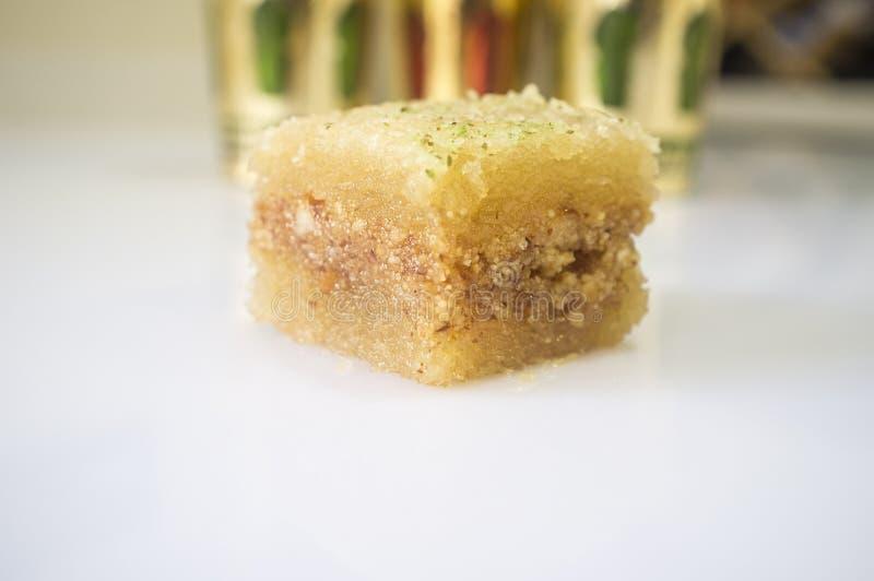 Une pâtisserie douce est de baklava avec les verres arabes de thé images stock