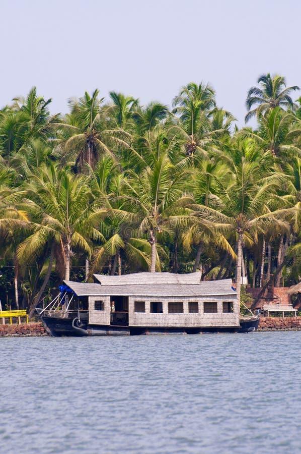 Une péniche aménagée en habitation sur les mares du Kerala, Inde image stock