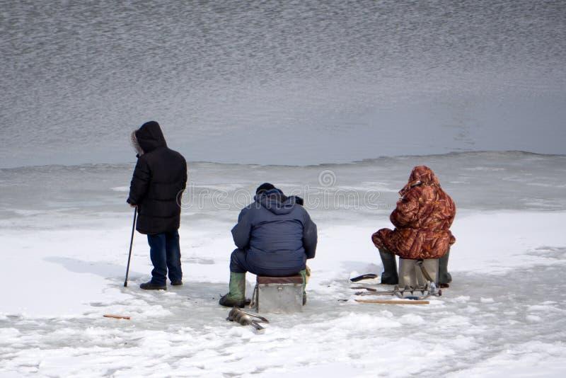 Une pêche d'hiver sur la rivière Les gens pêchent l'éperlan photo stock