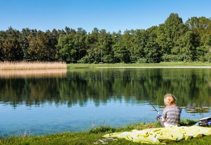 Une pêche de jeune fille images libres de droits