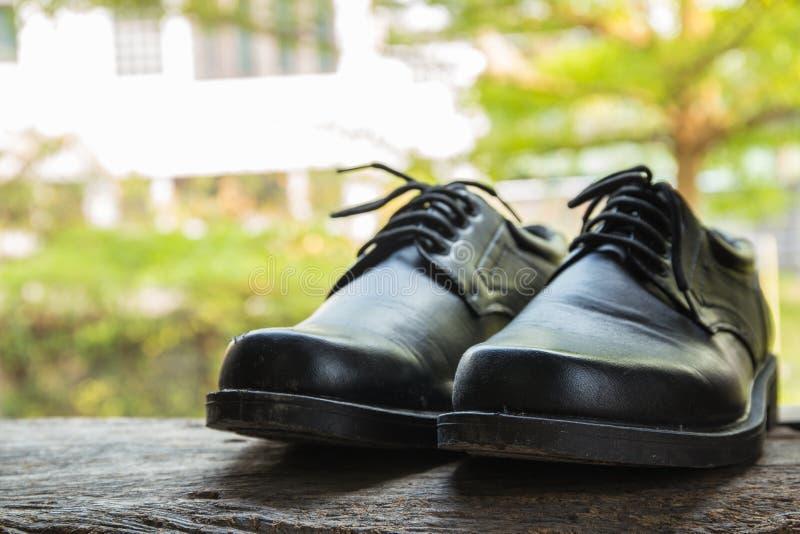 Une paire d'haut étroit de chaussures noires photographie stock