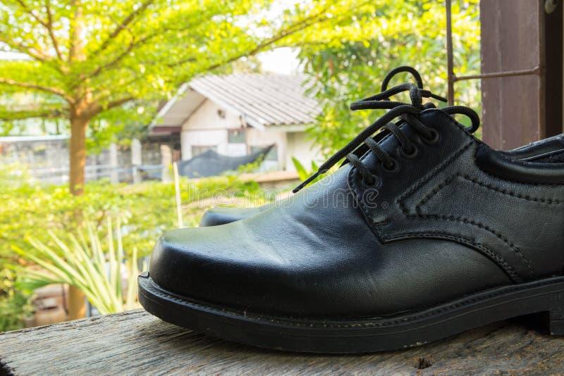 Une paire d'haut étroit de chaussures noires image stock