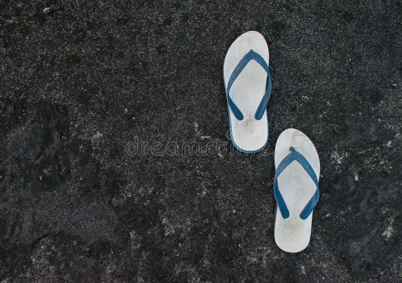 Une paire de bascules électroniques ou de pantoufles avec la texture de blacl et le fond abstrait de toit de modèle photos libres de droits