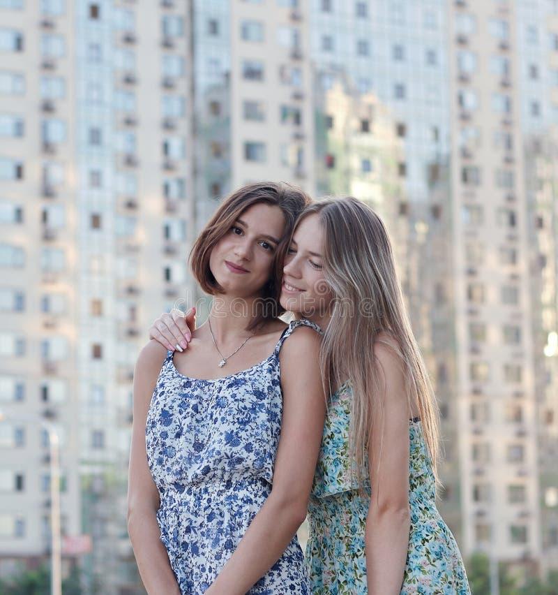 Une paire de belles filles images libres de droits