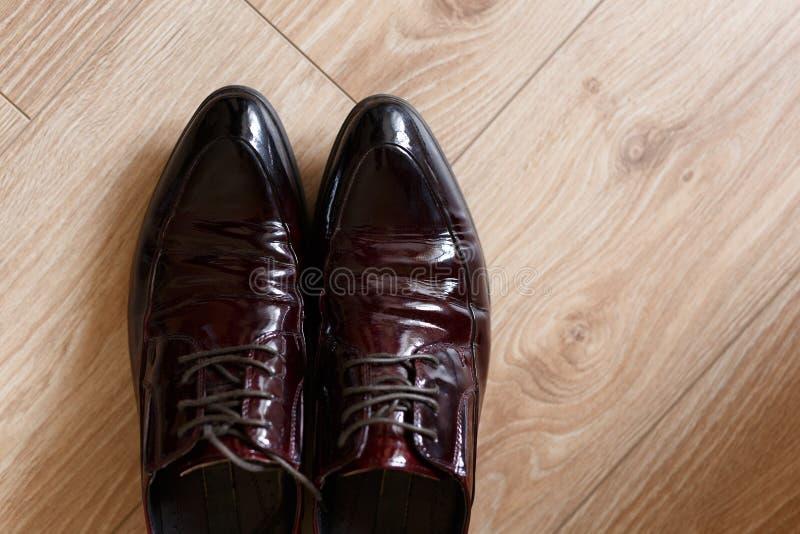 Une paire de chaussures en cuir brunes photographie stock libre de droits