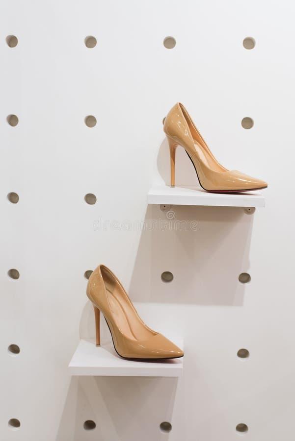 Une paire de chaussures sur le devanture de magasin dans le magasin photographie stock