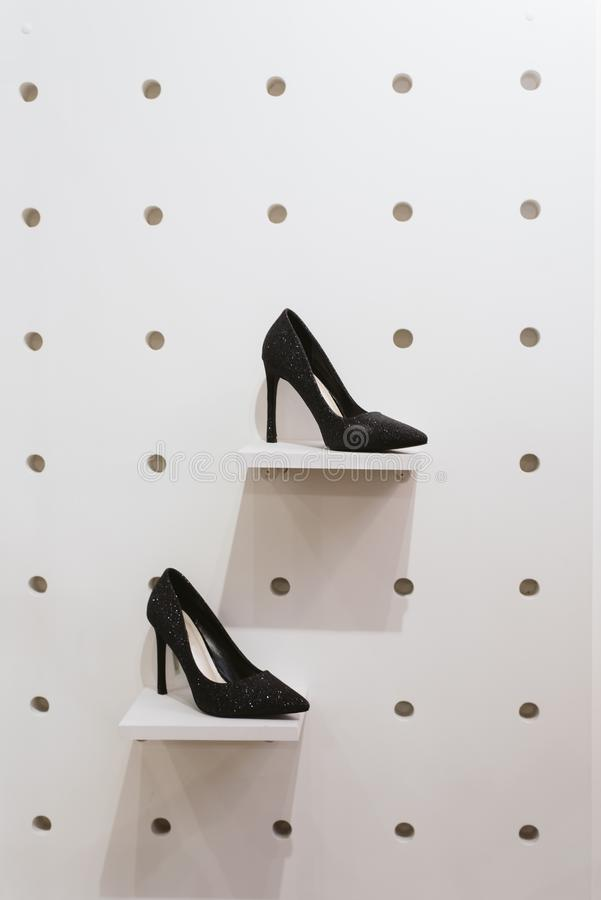 Une paire de chaussures sur le devanture de magasin dans le magasin photos libres de droits