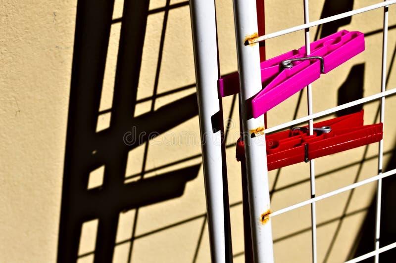 Une paire de espions rouges et fuchsia attachés au clocher contre le mur Italie, Europe images libres de droits