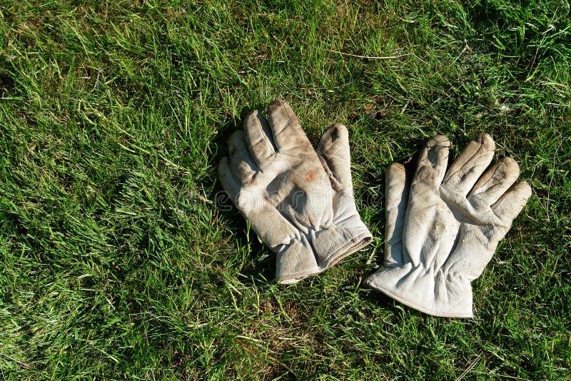 Une paire de gants de jardinage photographie stock