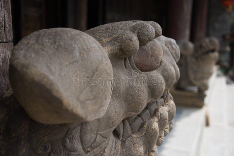Une paire de lions en pierre se tenant devant un temple antique photographie stock