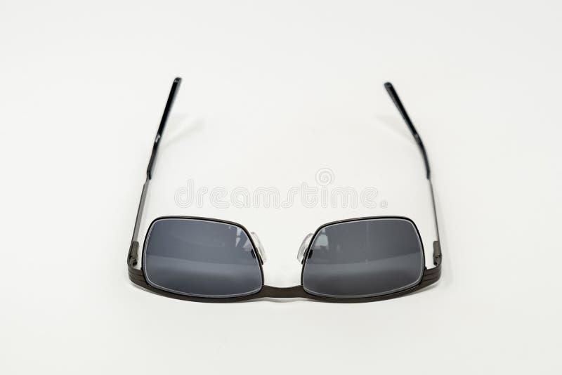Une paire de lunettes de soleil à l'envers photos stock