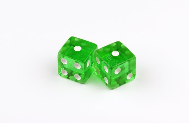 Une paire de matrices vertes et translucides de jeu montrant des yeux de serpent photo stock