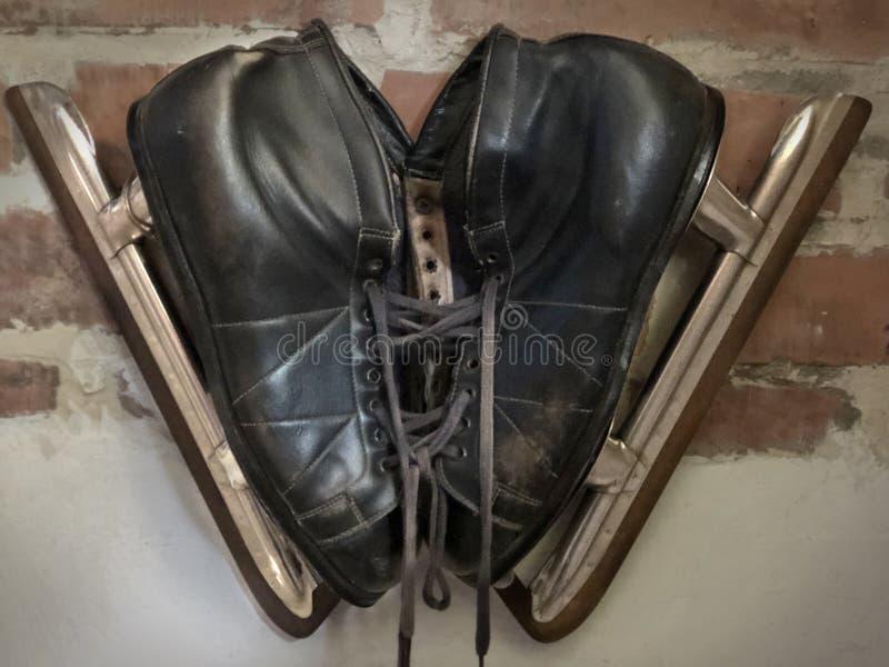 Une paire de noir, patins de glace des hommes photo libre de droits