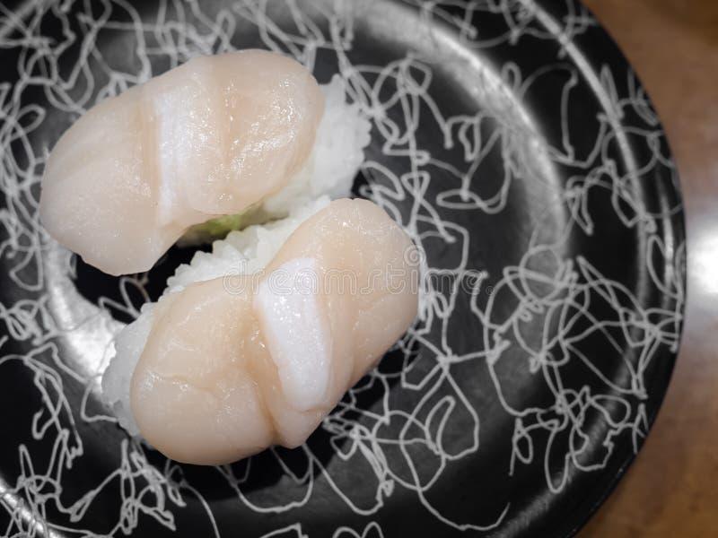 Une paire de sushi de Hotate, viande crue japonaise de feston sur le riz images libres de droits
