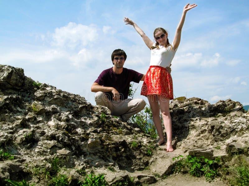 Une paire des jeunes apprécie la vie sur les ruines du château médiéval de Khust en Transcarpathie, Ukraine photographie stock