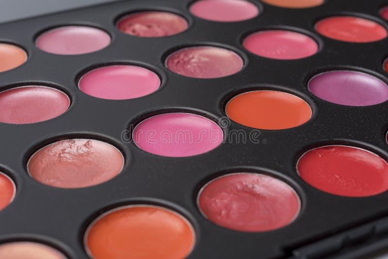 Une palette de couleurs du rouge à lèvres, prédominance en gros plan dans des tons rouges photo stock