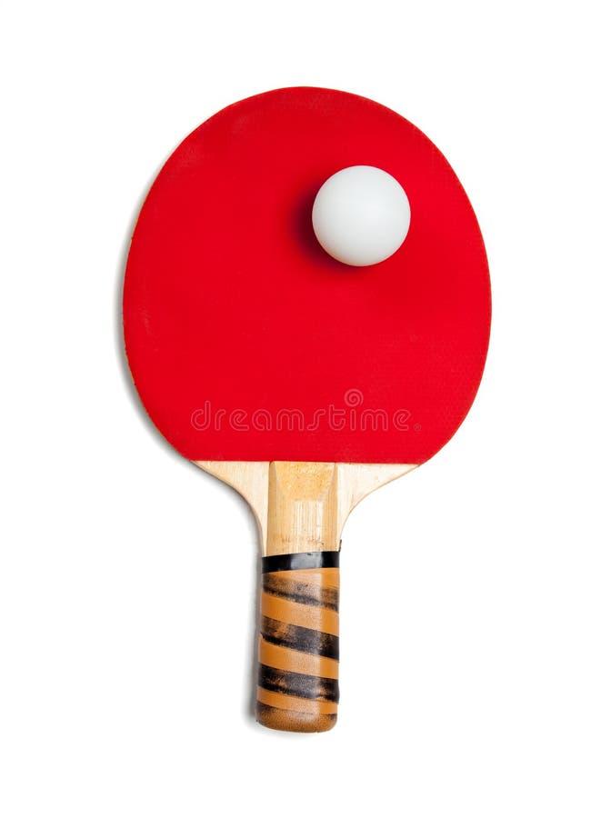 Une palette rouge de ping-pong avec la bille sur le blanc photos libres de droits