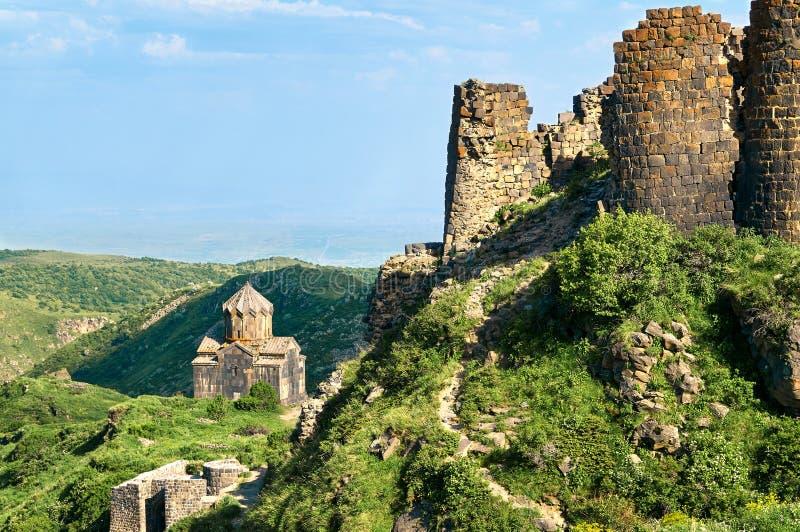 Une partie d'une forteresse antique Amberd en Arménie avec une chaise médiévale photographie stock